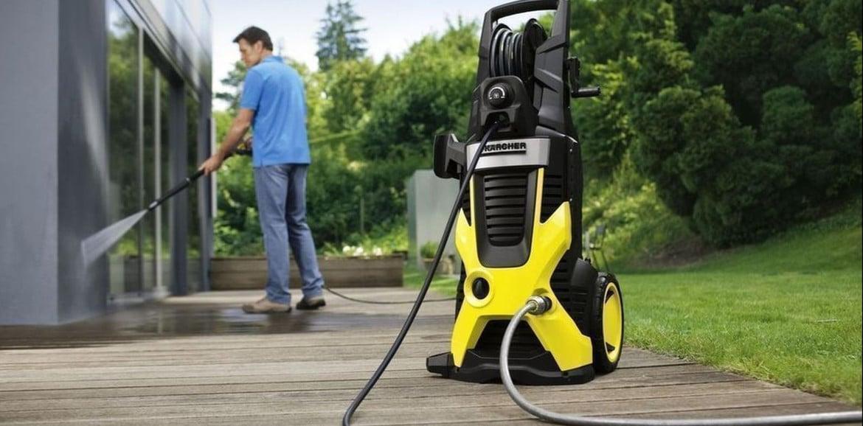La pulizia di terrazza o patio