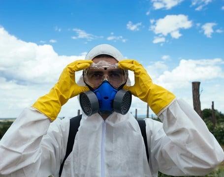 Schutzanzüge und Masken